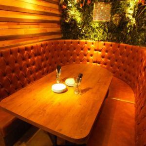 グリーンと木の壁に囲まれたソファー席はプライベート感抜群です。ふかふかのソファーは、ゆったり感抜群の当店一番人気のお席です◎5名様~8名様程度が最適★