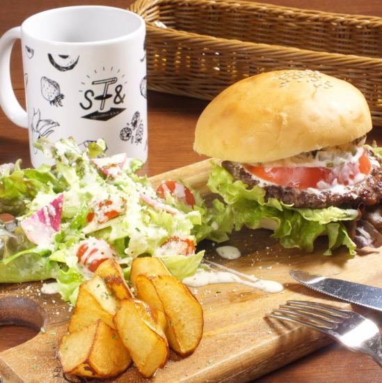 100% beef burger of our shop! It is popular with plenty of meat juice! It is sold in limited quantity! It is a winner of the first place ☆