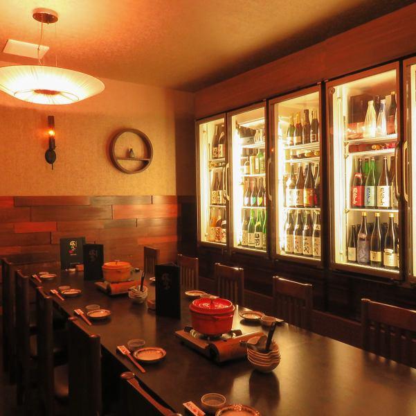 1階フロアはお酒の種類の豊富さ&幅広さを物語っています。稀少な焼酎や日本酒、季節限定、某所献上品なものから、山崎18年などのウィスキー、テーブルを彩るシャンパン、洋酒まで目にも美味しいディスプレイを眺められるお席もあります。オフィシャルな宴会の他、接待などにも大人気の個室です。