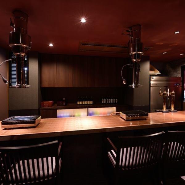 我们还有一个2人宽敞的柜台座位。我们有来自世界各地的精选葡萄酒,我们也有各种清酒,如泡盛酒,清酒和烧酒。