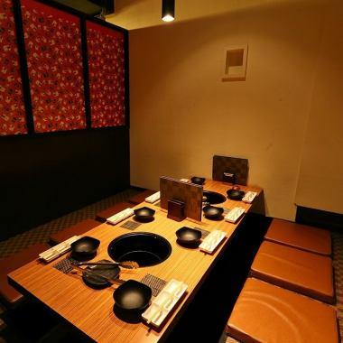 【個室】4~10名様には、完全個室をご用意しております。ゆっくりくつろげる掘りごたつであり、特別な日にはピッタリの空間になっております♪さまざまな用途で使える個室席は、カジュアルな宴会からプレミアムな会まで幅広くご利用いただけます。