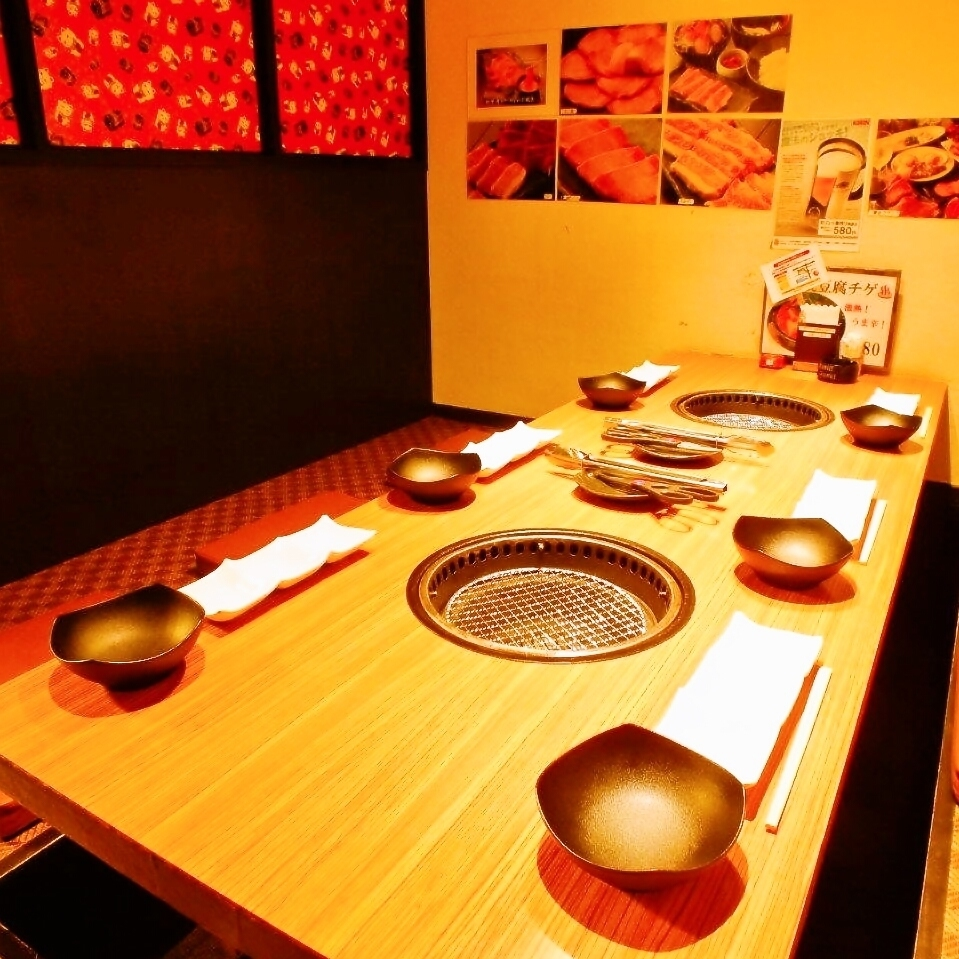 A dining room is available for 4 to 10 people.I will recommend an early reservation.