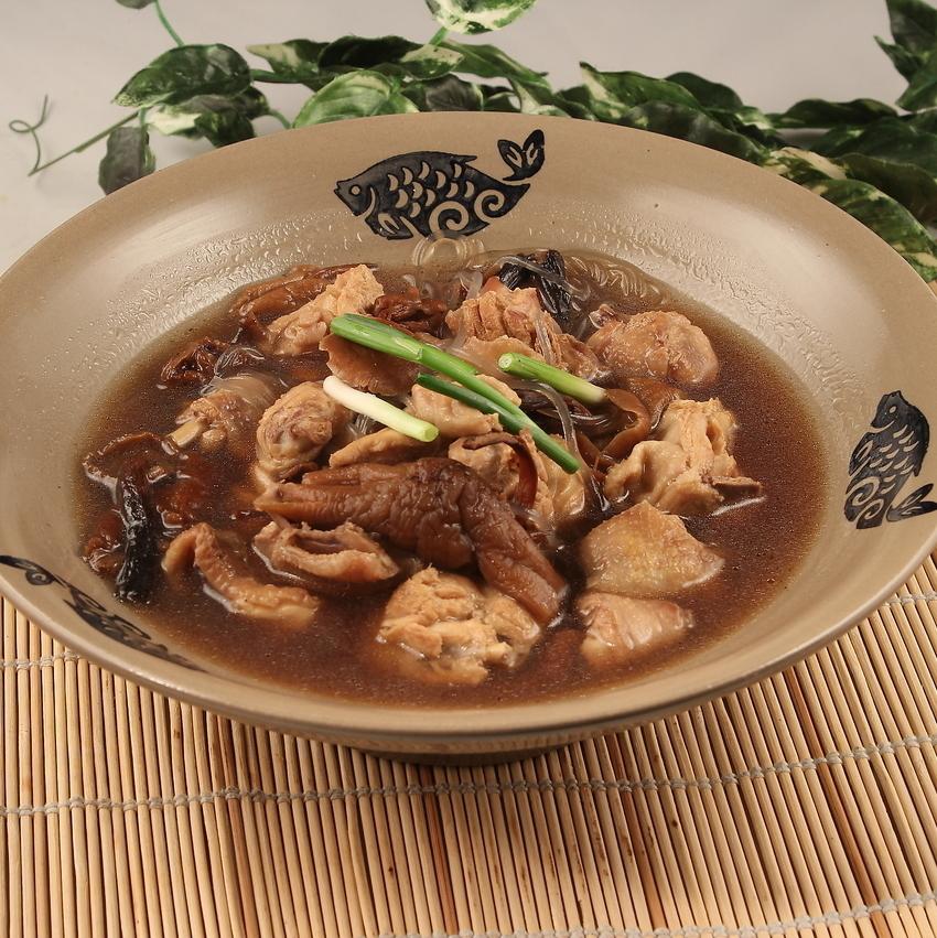 Hacky蘑菇和鸡肉煮熟/炒虾仁配虾仁松蘑菇