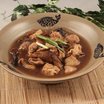 哈密蘑菇和雞肉煮熟/油炸蝦蝦仁松蘑