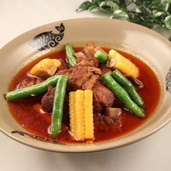 备用肋骨和蔬菜平衡煮沸/切丝马铃薯酸腌鱼