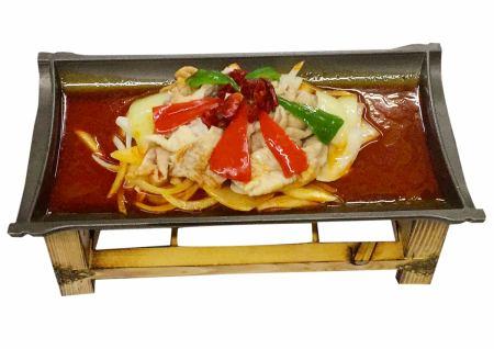 豚モツの鉄板煮込み/つぶ貝の発酵青唐辛子炒め