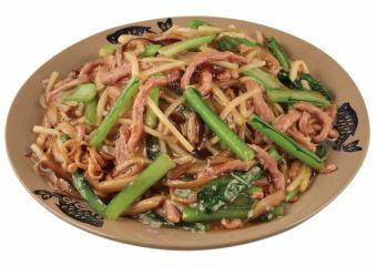 用牛肉/太阳雨粉丝/海鲜炒面做成的Sak崎炒面