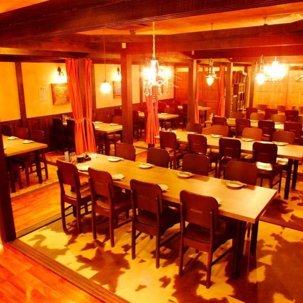 「木」につつまれた落ち着いた空間で周りを気にせず宴会を楽しめます!こちらのテーブル席は個室で50名以上の団体様にも対応できるスペースに大変身! 様々な用途でご利用できます。