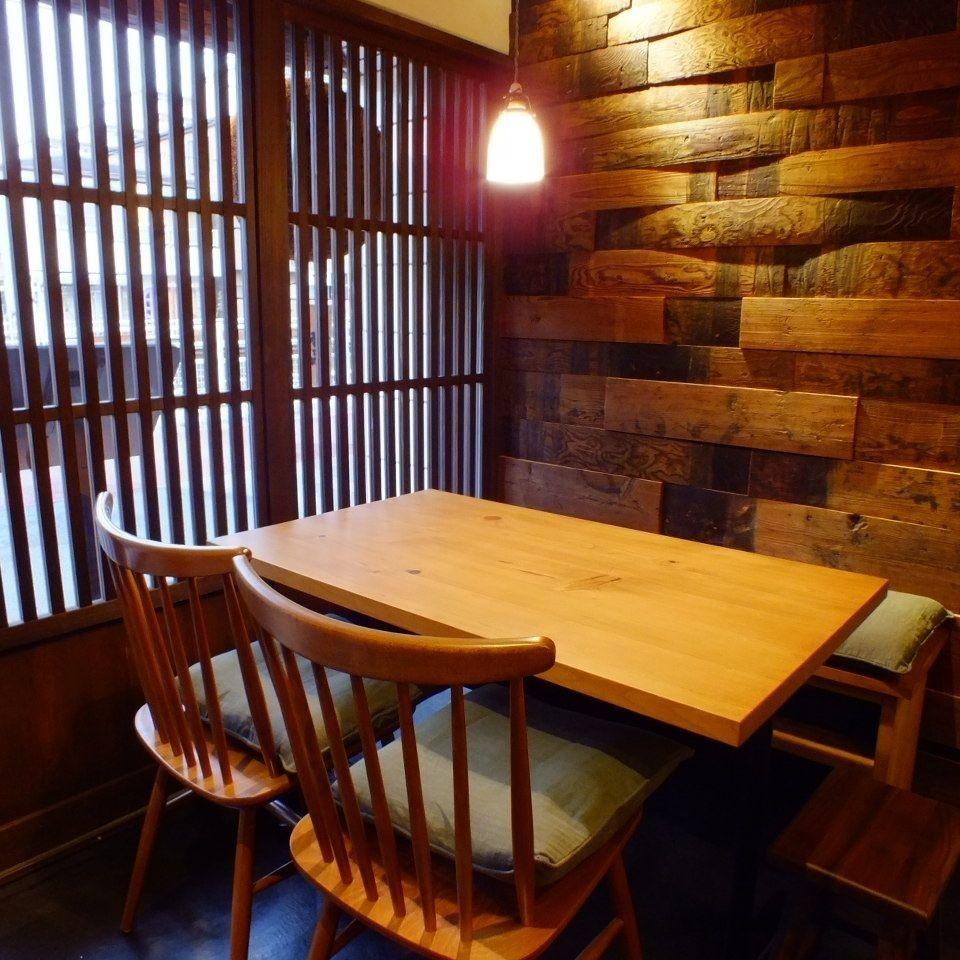 テーブル席で視線を上に向けるとアンティークライトがやさしい光を放ちます。背面には酒樽古材壁。