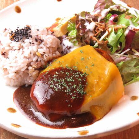 【自家製ハンバーグSET】十五穀米/ミニサラダ/前菜/セットドリンク/小さなシフォンケーキ)