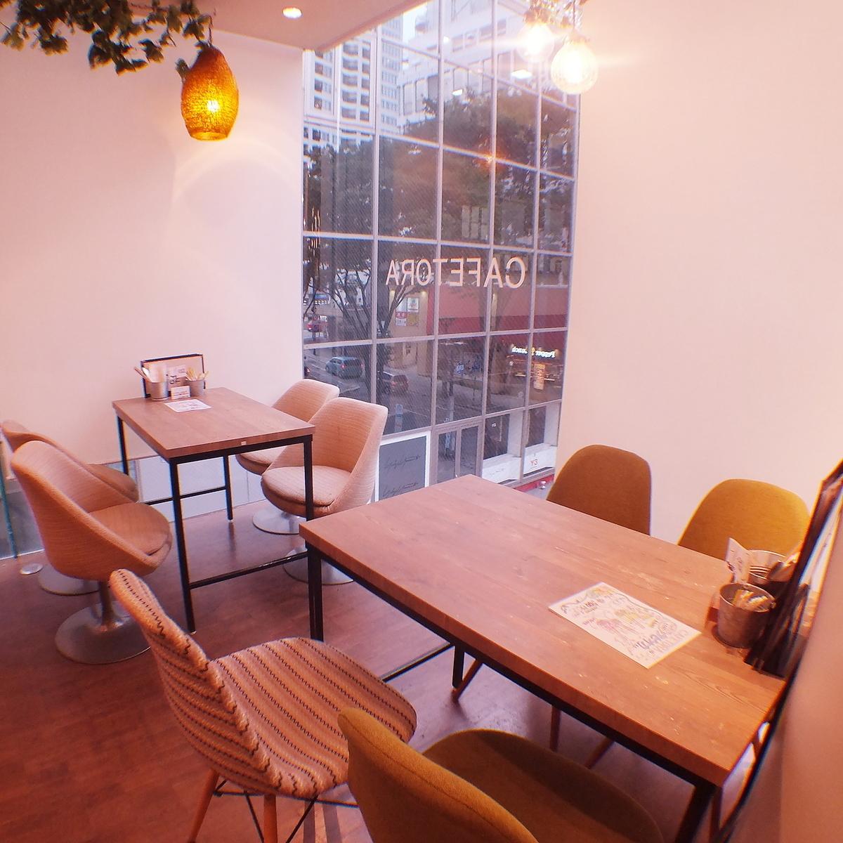 我们准备了许多桌椅。在购物,咖啡厅使用的路上也推荐午餐和晚餐!