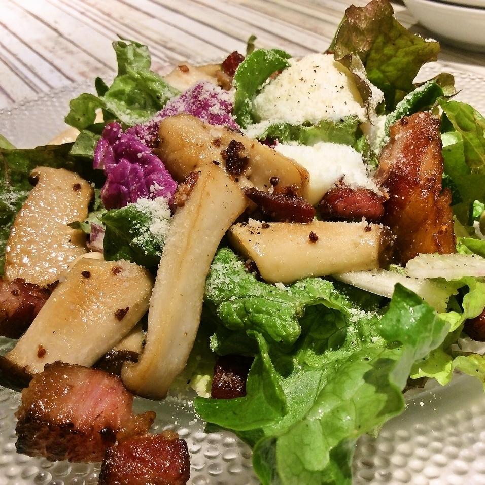 白金豚ベーコンと県産きのこの温製サラダ 温玉のせ