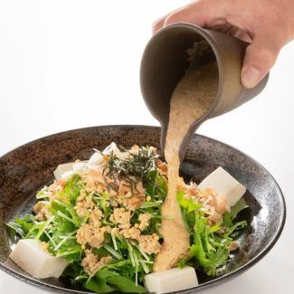 豆腐と鶏そぼろのゴマとろろサラダ