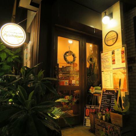 市川駅南口から徒歩5分。大きな窓が目印のハワイアンカフェ「プウホヌア」★ハワイアンミュージックが流れ、主婦や若者達で連日賑わっております!!ロフトは~18名様のちょっとしたパーティーにうってつけ(チャージ有)お店は15名様~(ミニマムチャージ有)貸切できるのでちょっとした大人数のパーティーにピッタリ♪
