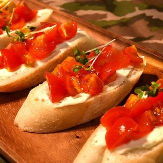 トマトとクリームチーズのブルスケッタ