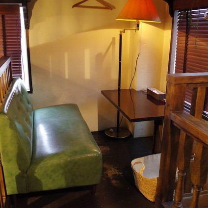 在商店内,让我们忘记东京的喧嚣,放松身心。您可以在舒适的成人康复空间中度过一段轻松的时光,这里有坚固的感觉或舒适的沙发座椅。通往阁楼式5楼的楼梯更加引导阁楼的气氛♪