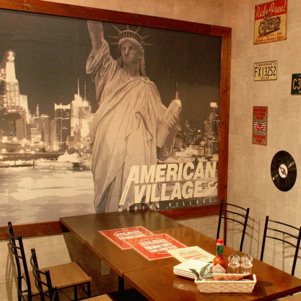 The shop is handmade from the staff! The wallpaper depicting the cityscape of New York created by our designer, ♪ interior decoration of American style ♪ We are making fashionable space of wood & antique ★