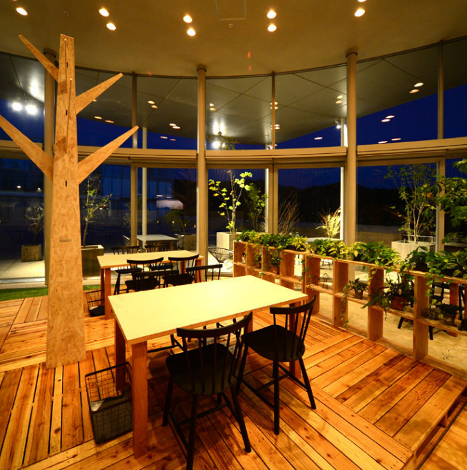 Tables can be connected.You can see the scenery outside from the glass-enclosed window, and you can enjoy your meal in an open atmosphere.