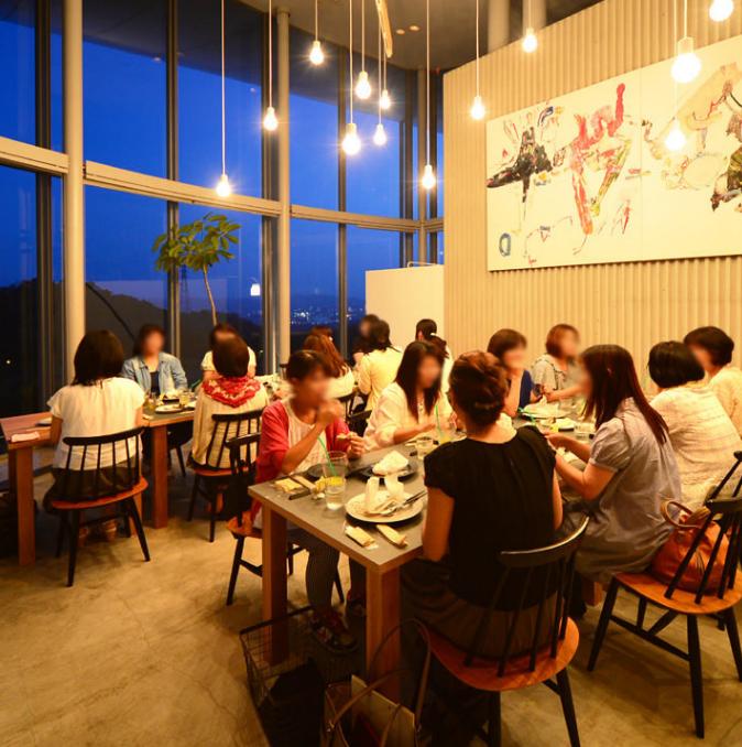 夜は美しい夜景が広がりとってもロマンティック♪お洒落な雰囲気の中、20名様以上100名様までの貸切宴会が可能です。