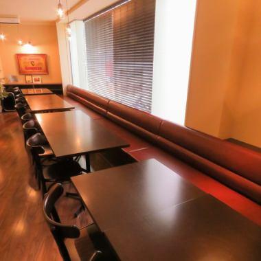 2階は喫煙席。テーブル席、ソファー席、カウンター席有