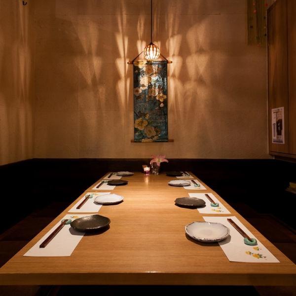 【個室 8名座敷×1卓】落ち着いた雰囲気の個室席は足を伸ばしてゆったりお座りいただける座敷席。接待や顔合せ、法事、結納からお子様連れの家族団らんでのお食事にも人気のお席です。