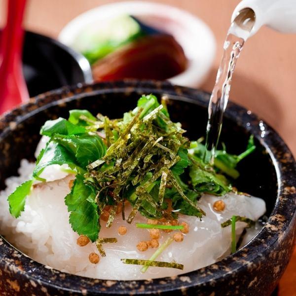 【当店人気の石焼き鯛茶漬け】鯛の持つ本来の旨みが口の中に広がります♪980円