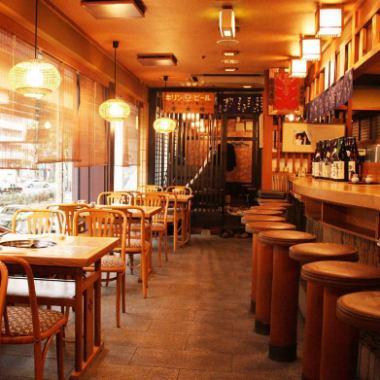 見晴らしの良いテーブル席とカウンター席。梅田から近いのでデートやご家族連れにもぴったりな落ち着いた空間。