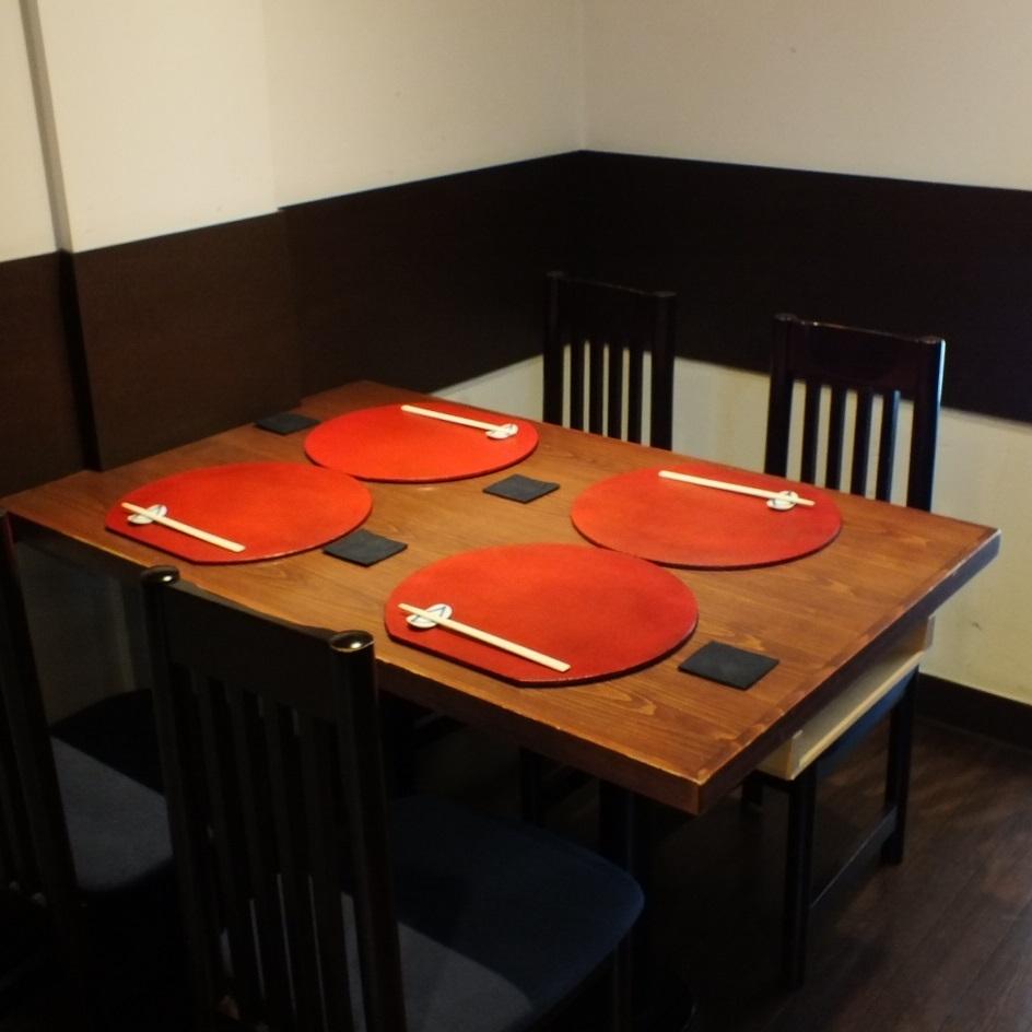 寬敞的桌椅座椅與其他客戶沒有任何目光接觸。