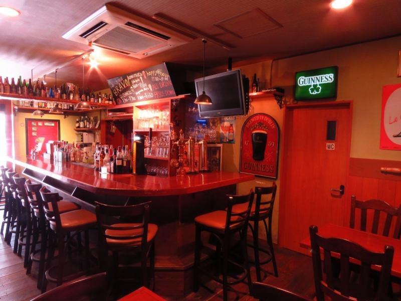 イギリスのパブリックハウスをイメージした店内は、【1F】本格派のビールサーバーを囲むカウンター席。一人でも初めてでもすぐ意気投合して楽しいお酒に♪【2F】最大25席の広いテーブル席。20名以上で貸切OK!!!