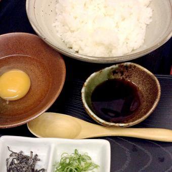 當地雞蛋的醃米飯