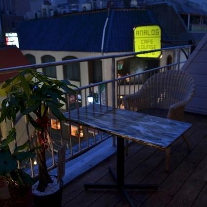 酒店设有宜人的私人露台。这是一家咖啡厅和餐厅酒吧,拥有神奇的氛围,让您忘记新宿的喧嚣。