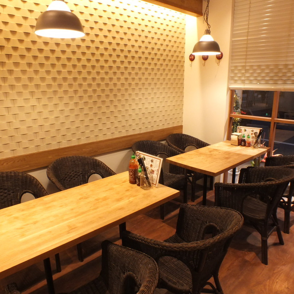 【Table seat】 Fashionable atmosphere in bright shop ♪ Total 3 tables are available.