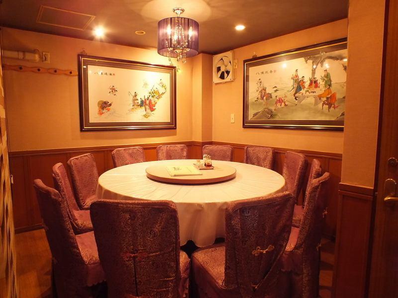 2階は、本格中華にぴったりの高級感溢れる内装に趣のある円卓です。芸能人が訪れる事も頷けるような雰囲気です。家族の会食や友人との同窓会、会社の宴会などどんなシーンでも活躍できます。