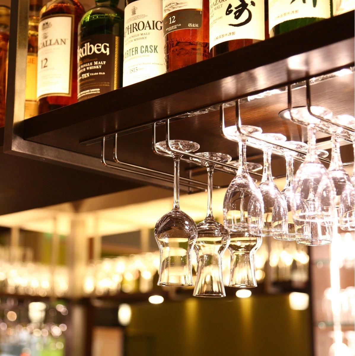 店内酒吧柜台♪有丰富的鸡尾酒,威士忌♪