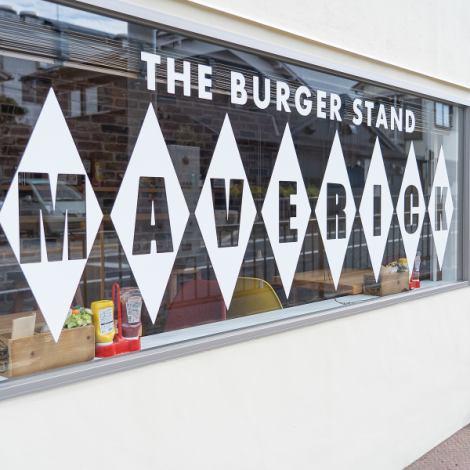 「MAVERICK」ではテイクアウトも受け付けております♪店内に入ってすぐがハンバーガーやドリンクをテイクアウトできるスペース♪観光の途中にちょこっと食べ歩きなんかも良いですよ♪また、2階は物販スペースになっており、店舗のキャラクターのグッズなども売っています♪