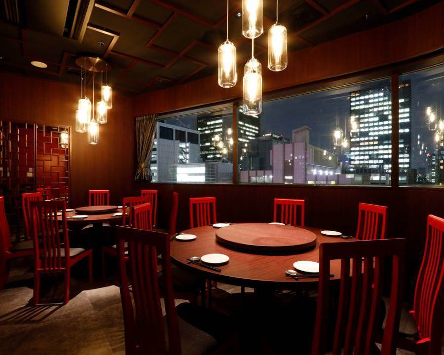 镜子和玻璃吊灯的反射产生了与夜景的统一感,而生动的红色椅子让我们感到异常的欣快感。在中央桌子周围,分享食物。成熟的中国世界!(※投影仪屏幕免费借贷)