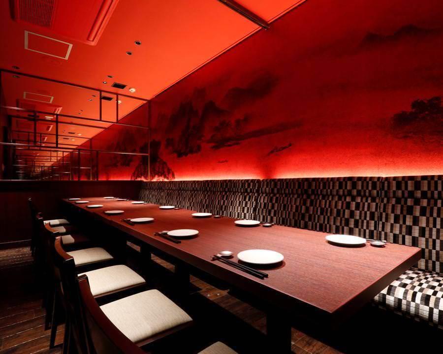 一个梦幻般的私人房间,在非凡的红色空间中提供艺术山画和现代图案长凳。最多14人,8人+ 6人连接。