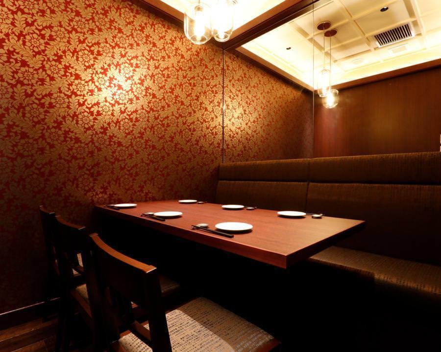 一个古典的私人房间,格子的天花板通过间接照明轻柔地出现。透明玻璃吊坠时尚和谐。