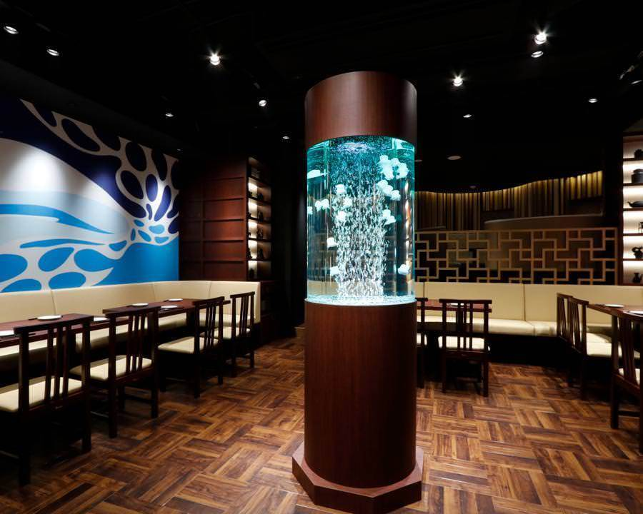 The skeleton ceiling which makes the spread as a main dining and the bench seat seats surrounding the open center zone, and expresses urban art on the back, directs bustle and entertainment.【◆ Non-smoking section】