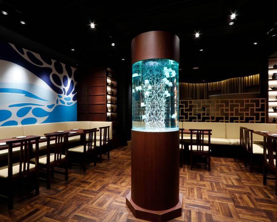 骷髅天花板作为主餐厅和开放式中心区域周围的长椅座位,并在背面表达都市艺术,指导喧嚣和娱乐。【◆禁烟区】