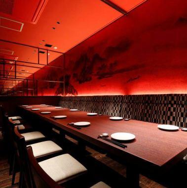 ~18人◆夢幻般的私人房間,藝術山水畫和現代圖案長椅在紅色突出的空間。最多可容納18人,可連接8人+6人(+ 4人)。(※短焦投影機·屏幕免費借閱)