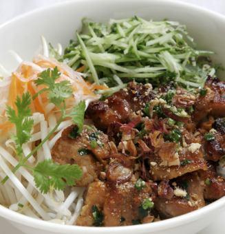 꼬치 구이 돼지 고기 얹은 쌀국수