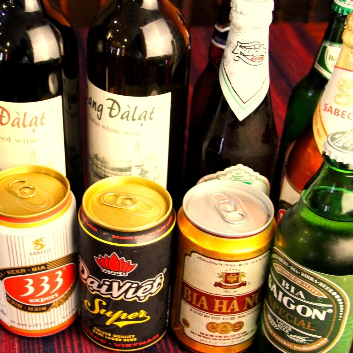 フルーティーな味わいのベトナムビールで食事を楽しむ♪