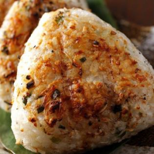 Shirasu Sanpo和Edamame的烤饭团