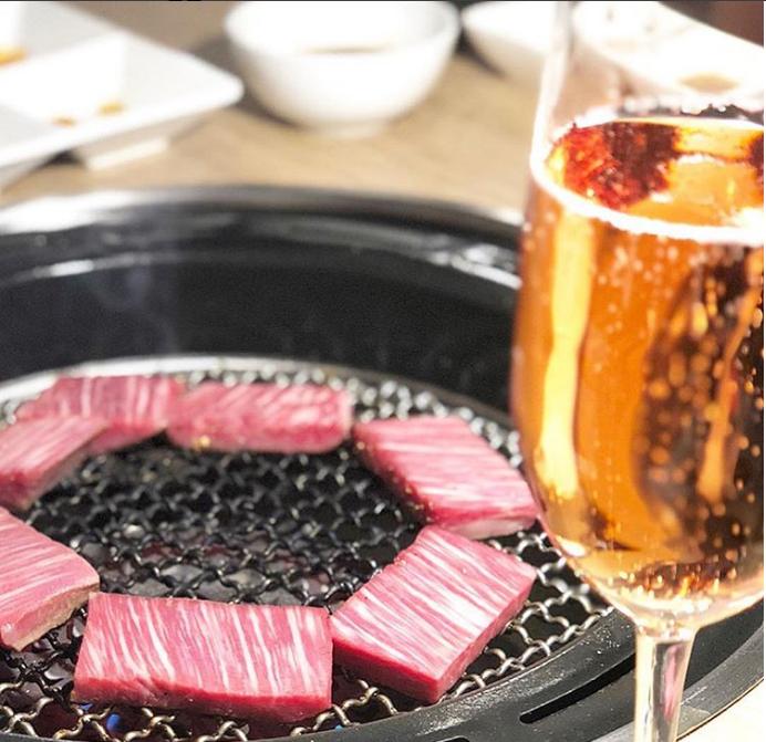 豪華的時刻,美味的肉類和酒精
