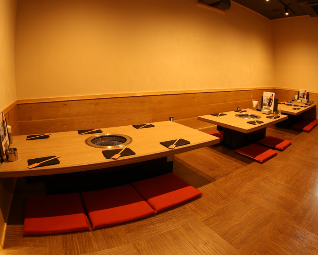 【2nd floor】 4 persons 3 tables, 6 people 2 tables (for one person in a row for 16 people)