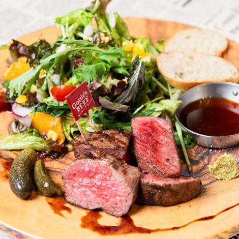 野菜もお肉も両方楽しめるヘルシーな「フィレステーキサラダプレート」