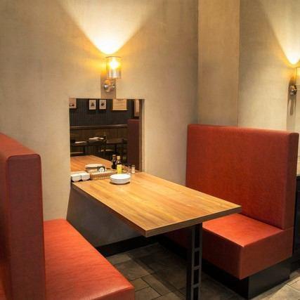 お席は、テーブル席とゆったりとしたソファ席をご用意。本格ステーキはもちろん、お酒に合う豊富なアラカルトメニューをお楽しみいただけます。