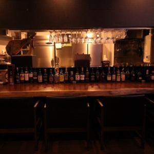 お気軽にお立ち寄り頂けるカウンター席もご用意しております。大人の隠れ家バーで美味しいお酒をお楽しみください。