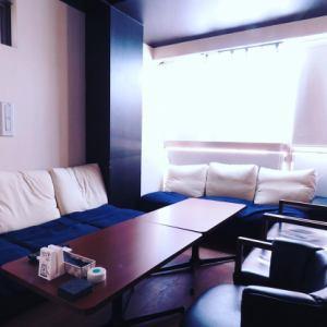 女子会・ママ友会・合コン・誕生日会に大人気のソファー個室完備!!ゆったりとした白基調のオシャレな個室はご予約必須。お早目にお問合せください。